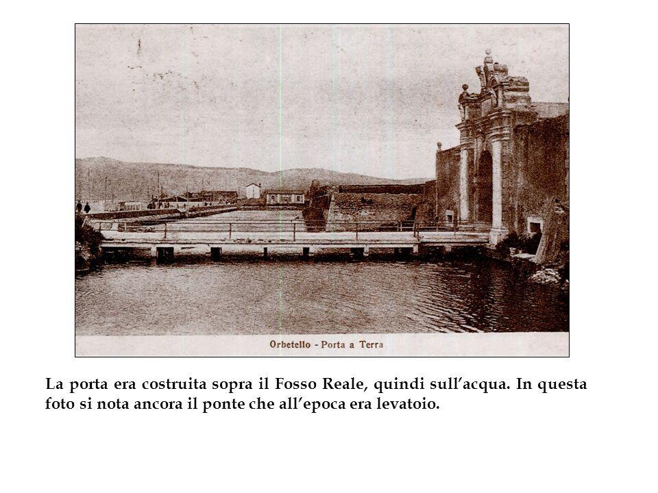 La porta era costruita sopra il Fosso Reale, quindi sull'acqua.