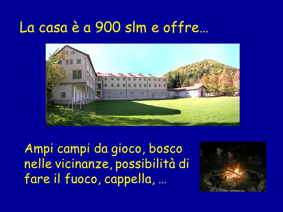 La casa è a 900 slm e offre… Ampi campi da gioco, bosco nelle vicinanze, possibilità di fare il fuoco, cappella, …