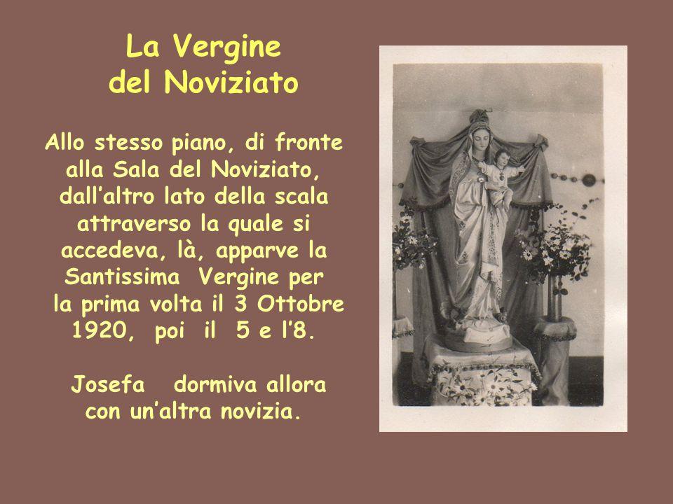 La Vergine del Noviziato Allo stesso piano, di fronte alla Sala del Noviziato, dall'altro lato della scala attraverso la quale si accedeva, là, apparv