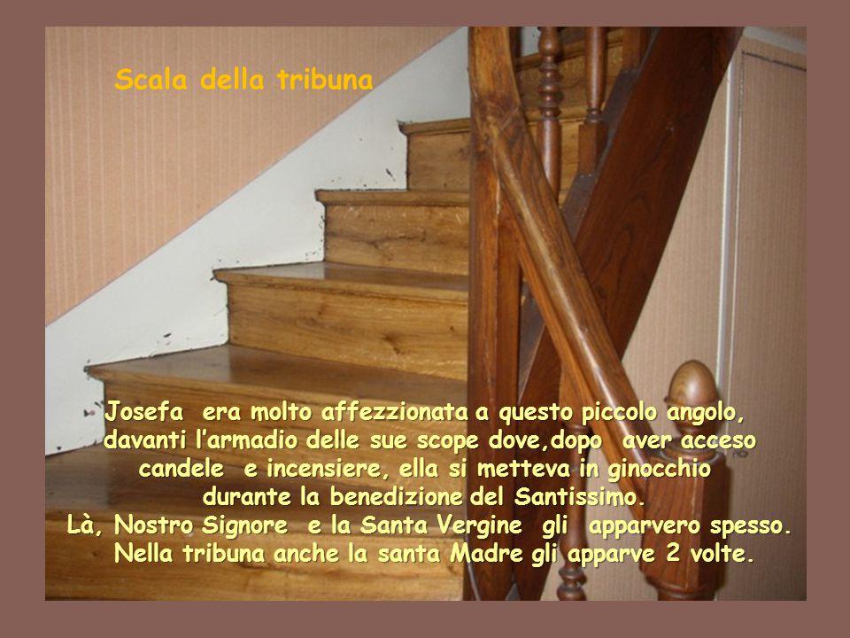 Scala della tribuna Josefa era molto affezzionata a questo piccolo angolo, davanti l'armadio delle sue scope dove,dopo aver acceso candele e incensier