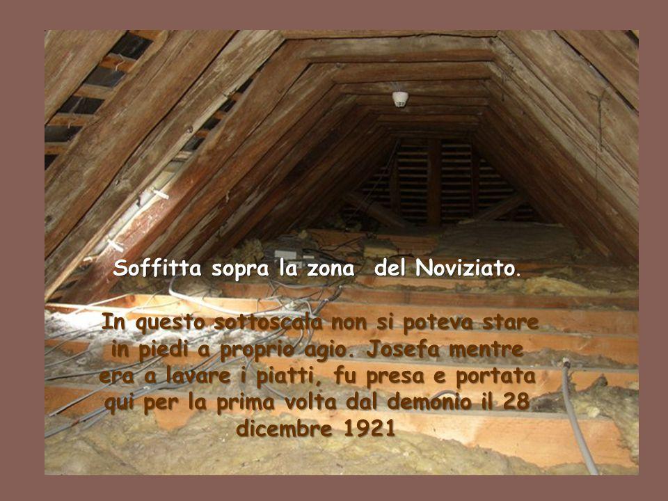 33 Soffitta sopra la zona del Noviziato Soffitta sopra la zona del Noviziato. In questo sottoscala non si poteva stare in piedi a proprio agio. Josefa