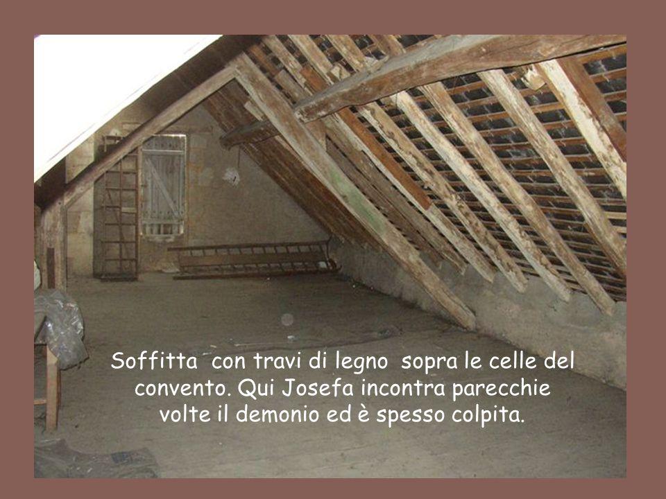 34 Soffitta con travi di legno sopra le celle del convento. Qui Josefa incontra parecchie volte il demonio ed è spesso colpita.
