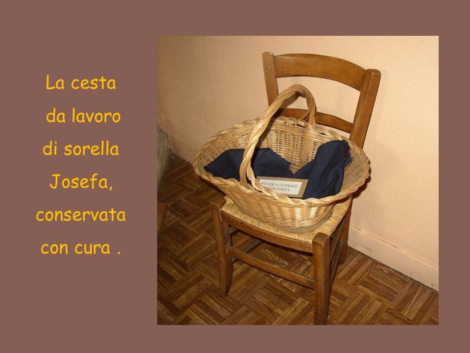 La cesta da lavoro di sorella Josefa, conservata con cura.