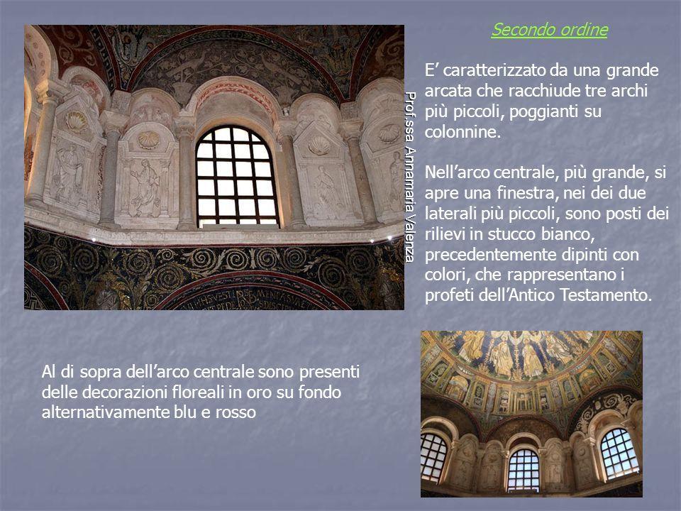 Secondo ordine E' caratterizzato da una grande arcata che racchiude tre archi più piccoli, poggianti su colonnine.