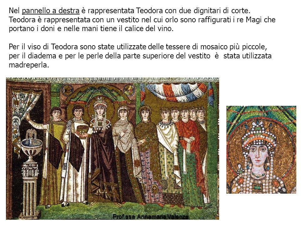Nel pannello a destra è rappresentata Teodora con due dignitari di corte.