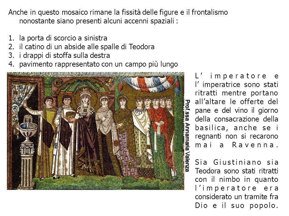 Anche in questo mosaico rimane la fissità delle figure e il frontalismo nonostante siano presenti alcuni accenni spaziali : 1.la porta di scorcio a sinistra 2.il catino di un abside alle spalle di Teodora 3.i drappi di stoffa sulla destra 4.pavimento rappresentato con un campo più lungo L' imperatore e l' imperatrice sono stati ritratti mentre portano all'altare le offerte del pane e del vino il giorno della consacrazione della basilica, anche se i regnanti non si recarono mai a Ravenna.