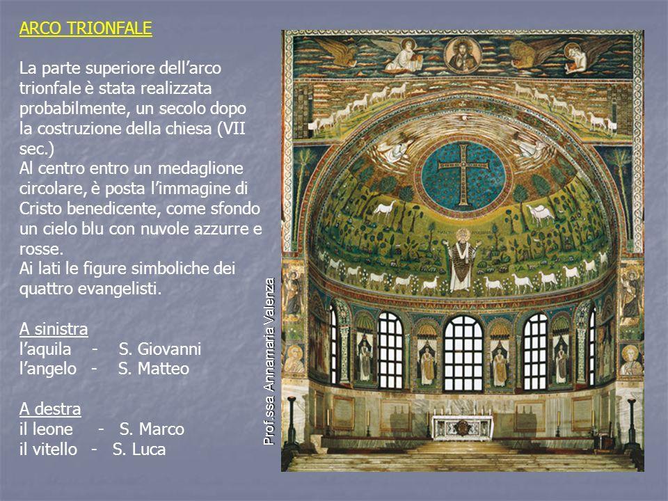 ARCO TRIONFALE La parte superiore dell'arco trionfale è stata realizzata probabilmente, un secolo dopo la costruzione della chiesa (VII sec.) Al centro entro un medaglione circolare, è posta l'immagine di Cristo benedicente, come sfondo un cielo blu con nuvole azzurre e rosse.
