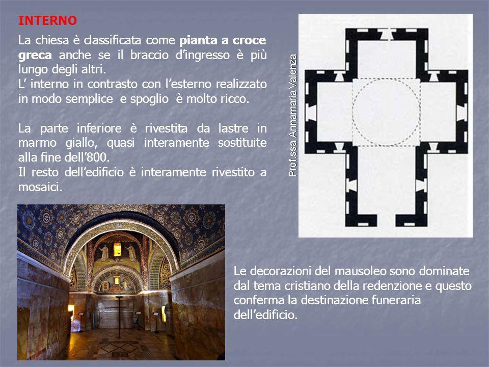 INTERNO La chiesa è classificata come pianta a croce greca anche se il braccio d'ingresso è più lungo degli altri.