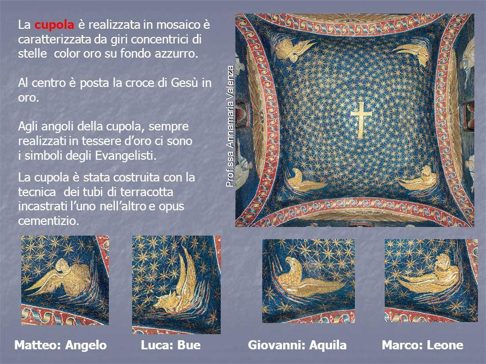 La cupola è realizzata in mosaico è caratterizzata da giri concentrici di stelle color oro su fondo azzurro.