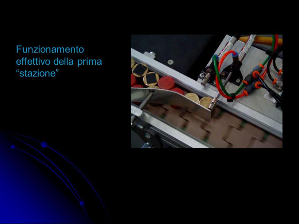 """Attraverso i due pistoni, possiamo separare i pezzi uno alla volta, in modo da ottenere una distanza tra di essi. In questa """"stazione"""", possiamo divid"""