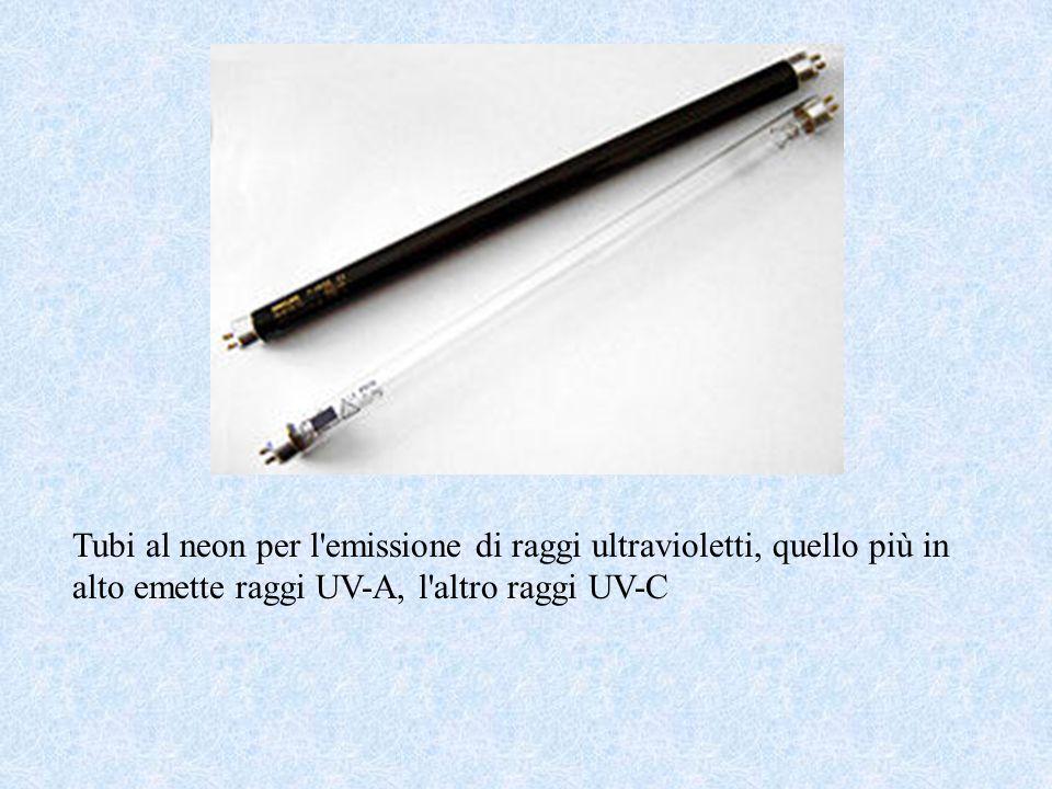 Tubi al neon per l'emissione di raggi ultravioletti, quello più in alto emette raggi UV-A, l'altro raggi UV-C