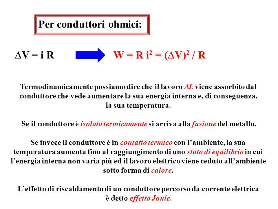 81 EFFETTO JOULE  L AB = (V A – V B )  q = (V A – V B ) i  t Lavoro necessario per spostare la quantità di carica  q da A a B nel tempo  t W =  L /  t = (V A – V B ) i Potenza associata allo spostamento di  q da A a B dissipati Il lavoro  L e la potenza W sono dissipati per vincere la resistenza offerta dal mezzo al passaggio delle cariche.