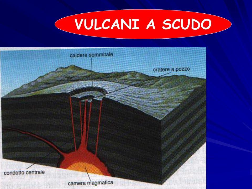PANTELLERIA Il cratere della Montagna Grande, la massima elevazione dell isola con i suoi 836 m, è circondato da piccoli crateri vulcanici secondari ( cuddie ); altri fenomeni vulcanici presenti nell isola sono le emissioni di vapore bollente che fuoriescono da spaccature nel terreno ( favare ), le grotte naturali con emissioni di vapore ( stufe ), le pozze d acqua salmastra ( buvire ), le sorgenti termali ( caldarelle ), e le esalazioni di anidride carbonica ( mofette ).