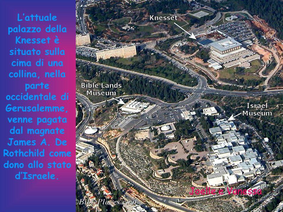 L'attuale palazzo della Knesset è situato sulla cima di una collina, nella parte occidentale di Gerusalemme, venne pagata dal magnate James A.