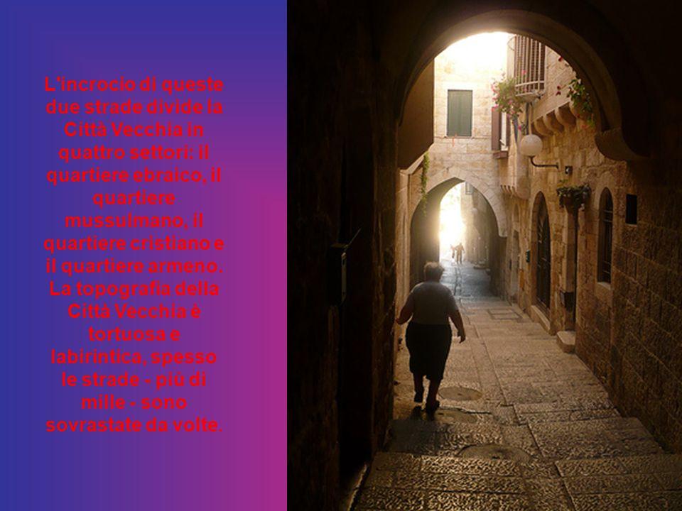 L incrocio di queste due strade divide la Città Vecchia in quattro settori: il quartiere ebraico, il quartiere mussulmano, il quartiere cristiano e il quartiere armeno.