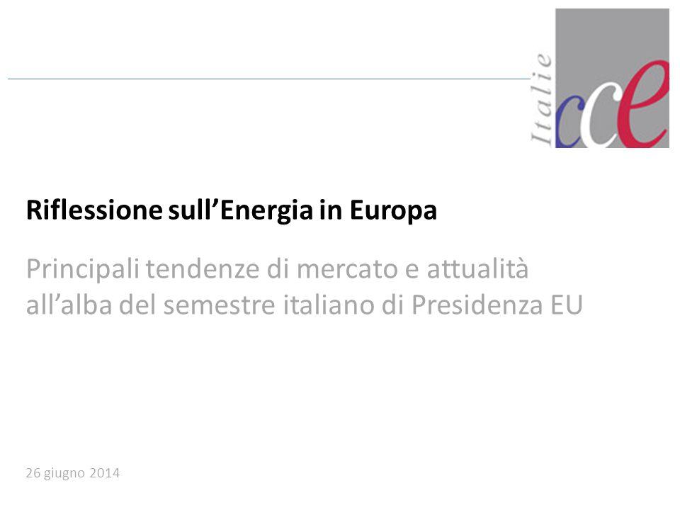 2 L'energia in Italia, in Francia e in Europa: grandi tendenze (1/2) Dopo un periodo di aumento costante dei prezzi dell'energia elettrica tra il 2011 e il 2012, nel 2013 la tendenza si è invertita e si è assistito ad una flessione dei prezzi L'Italia ha una forte componente di energia importata 65% della domanda coperta da una filiera termoelettrica dipendente dalle importazioni di combustibili 13% dell'energia elettrica direttamente importata dall'estero L'Italia ha una forte componente di energia importata 65% della domanda coperta da una filiera termoelettrica dipendente dalle importazioni di combustibili 13% dell'energia elettrica direttamente importata dall'estero MERCATO DELL'ENERGIA ELETTRICA Il mercato del gas italiano ha conosciuto un' evoluzione sostanziale negli ultimi tre anni che ha consentito di compensare la differenza di costo sui mercati all'ingrosso con gli Hub del Nord Ovest dell'Europa Nonostante ciò, il mercato italiano resta caratterizzato da una liquidità insufficiente, e da una dipendenza dai contratti con la Russia, Libia e Algeria MERCATO DEL GAS La capacità d'interconnessione tra la Francia e l'Italia è in fase di consolidamento con una nuova connessione a traverso il Tunnel del Frejus Le isole Corsica e Sardegna restano ancora parzialmente isolate dal punto di vista energetico (entrambe non sono connesse alla rete gas e solo la Sardegna ha una connessione con la rete elettrica nazionale) Un altro aspetto da evidenziare nel quadro del mercato unico europeo è il dispositivo del market coupling che consentirà una convergenza dei prezzi amplificata dal consolidamento delle interconnessioni INTERCONNESSIONI ITALIA - FRANCIA -consumi