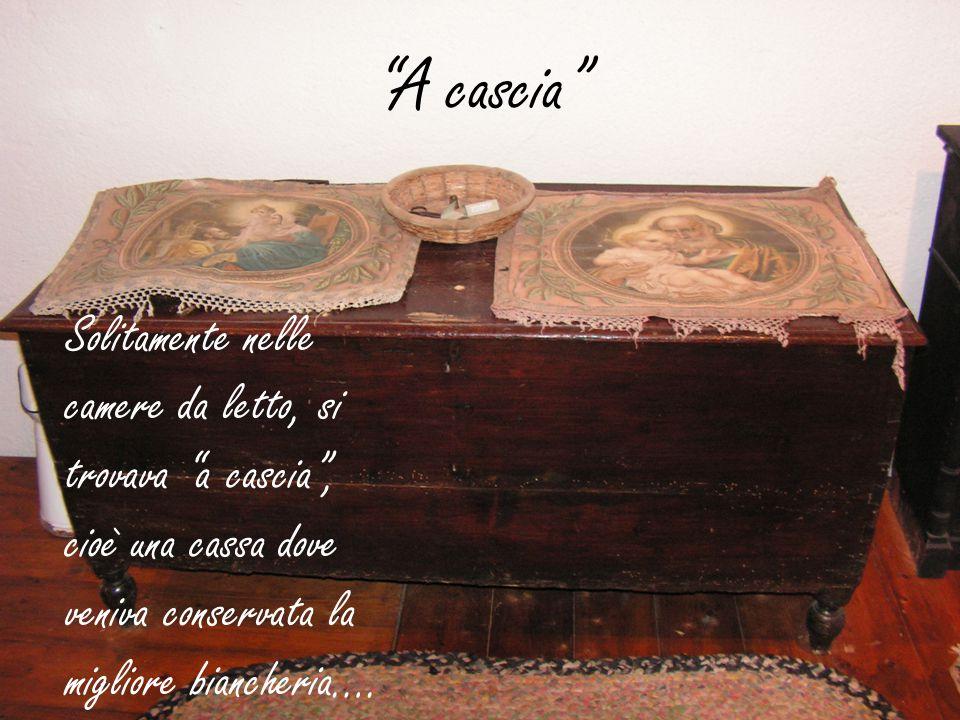 """""""A cascia"""" Solitamente nelle camere da letto, si trovava """"a cascia"""", cioè una cassa dove veniva conservata la migliore biancheria…."""