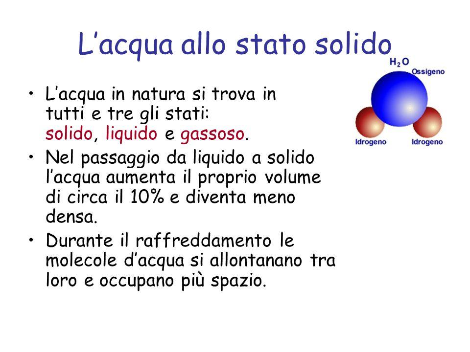 L'acqua allo stato solido L'acqua in natura si trova in tutti e tre gli stati: solido, liquido e gassoso. Nel passaggio da liquido a solido l'acqua au