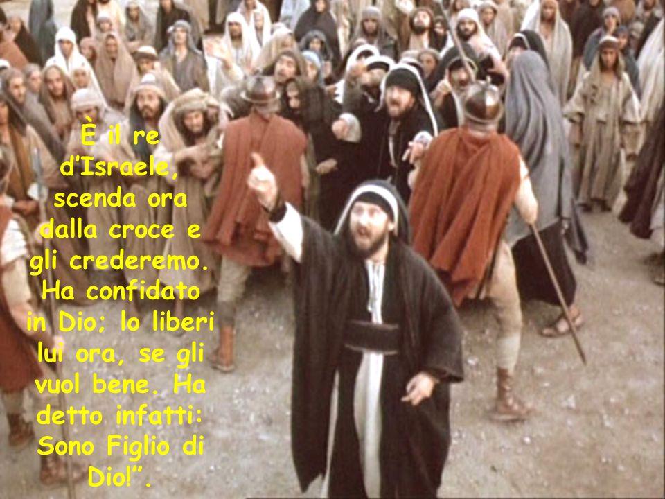 """Anche i sommi sacerdoti con gli scribi e gli anziani lo schernivano: """"Ha salvato gli altri, non può salvare se stesso. È il re d'Israele, scenda ora d"""