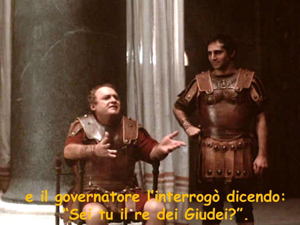 """e il governatore l'interrogò dicendo: """"Sei tu il re dei Giudei?""""."""
