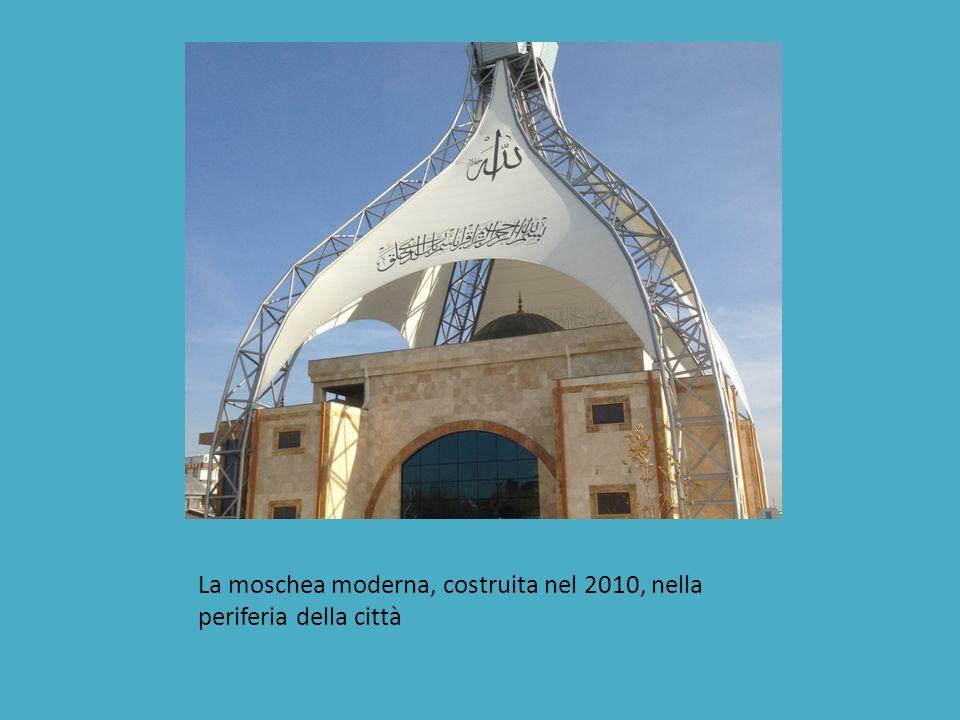 La moschea moderna, costruita nel 2010, nella periferia della città