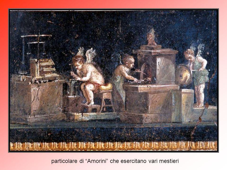"""Nel lato nord del """"peristilio"""" c'è il grande """"triclinium"""" (6), sala utilizzata per festeggiamenti e banchetti. Il salone è famoso per i pannelli in 'r"""