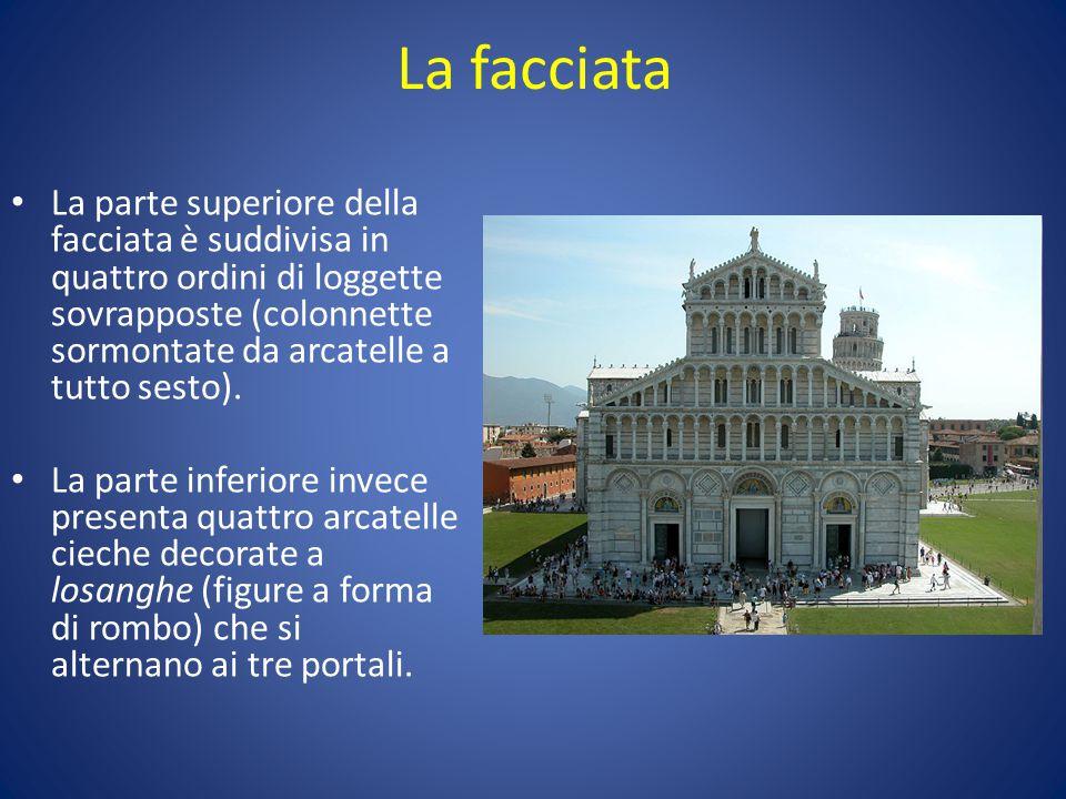 La facciata La parte superiore della facciata è suddivisa in quattro ordini di loggette sovrapposte (colonnette sormontate da arcatelle a tutto sesto).