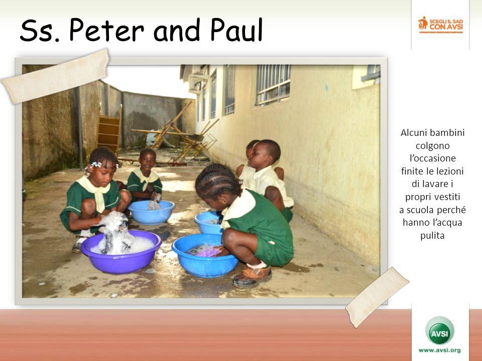 Ss. Peter and Paul Alcuni bambini colgono l'occasione finite le lezioni di lavare i propri vestiti a scuola perché hanno l'acqua pulita