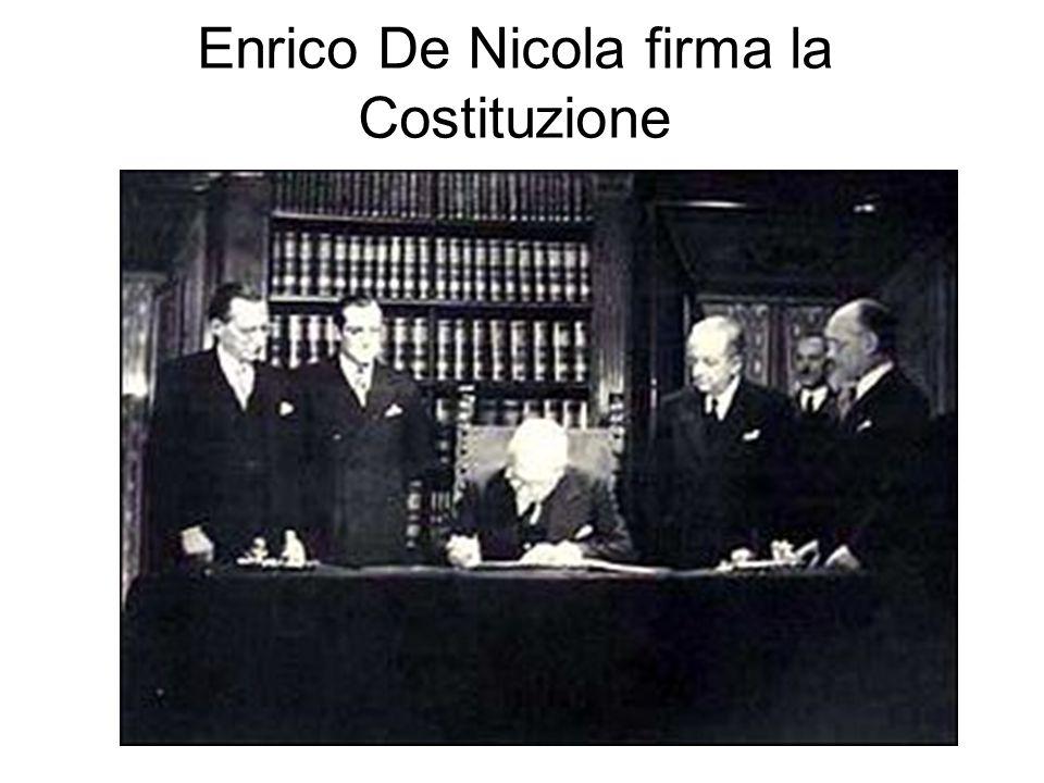 Enrico De Nicola firma la Costituzione