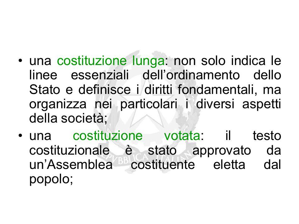 una costituzione lunga: non solo indica le linee essenziali dell'ordinamento dello Stato e definisce i diritti fondamentali, ma organizza nei particol