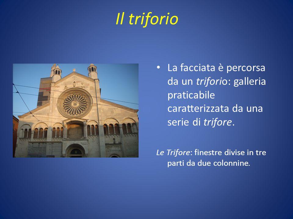 Il triforio La facciata è percorsa da un triforio: galleria praticabile caratterizzata da una serie di trifore. Le Trifore: finestre divise in tre par