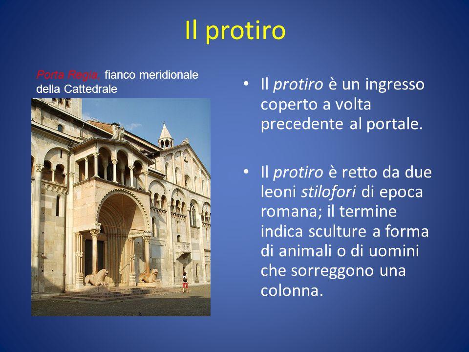 Il protiro Il protiro è un ingresso coperto a volta precedente al portale. Il protiro è retto da due leoni stilofori di epoca romana; il termine indic