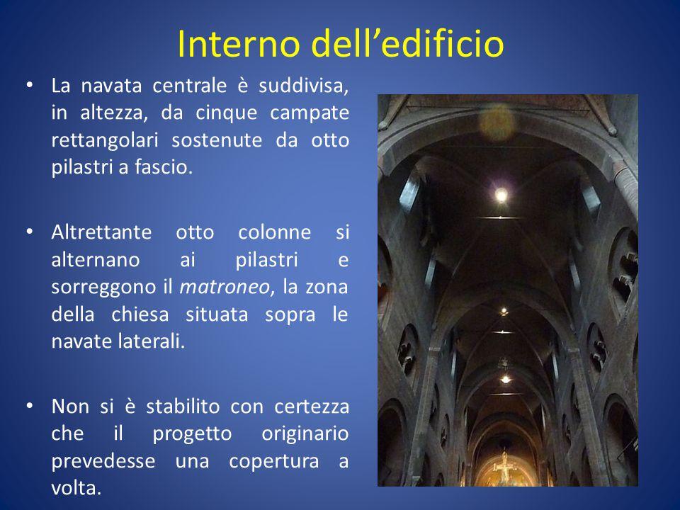 Interno dell'edificio La navata centrale è suddivisa, in altezza, da cinque campate rettangolari sostenute da otto pilastri a fascio. Altrettante otto