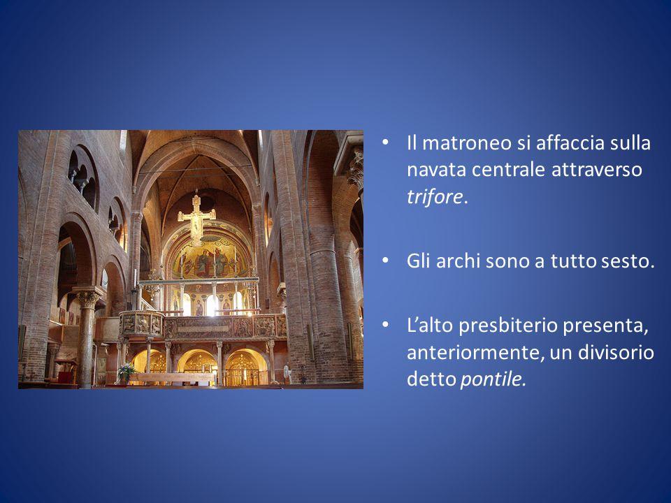 Il matroneo si affaccia sulla navata centrale attraverso trifore. Gli archi sono a tutto sesto. L'alto presbiterio presenta, anteriormente, un divisor