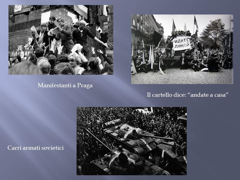 """Manifestanti a Praga Il cartello dice: """"andate a casa"""" Carri armati sovietici"""