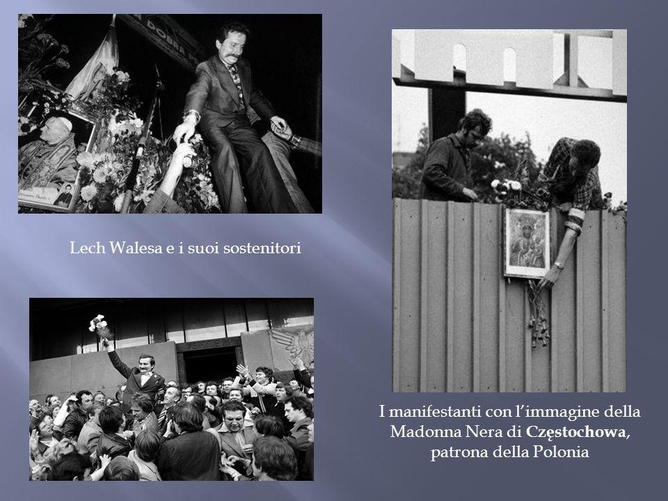 Lech Walesa e i suoi sostenitori I manifestanti con l'immagine della Madonna Nera di Częstochowa, patrona della Polonia