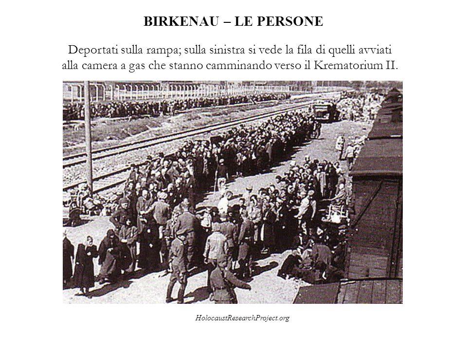 BIRKENAU – LE PERSONE Deportati sulla rampa; sulla sinistra si vede la fila di quelli avviati alla camera a gas che stanno camminando verso il Kremato