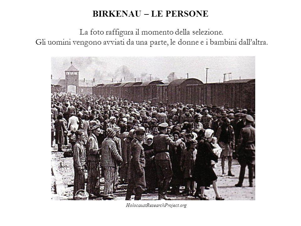 BIRKENAU – LE PERSONE La foto raffigura il momento della selezione. Gli uomini vengono avviati da una parte, le donne e i bambini dall'altra. Holocaus