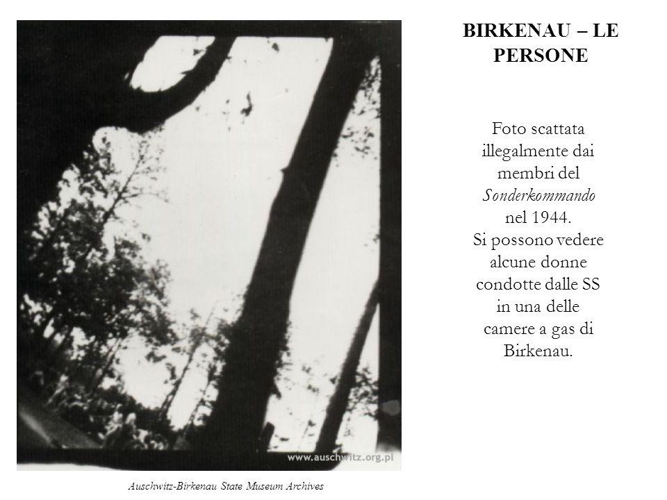 BIRKENAU – LE PERSONE Foto scattata illegalmente dai membri del Sonderkommando nel 1944. Si possono vedere alcune donne condotte dalle SS in una delle