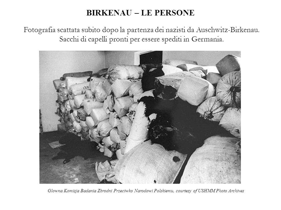 BIRKENAU – LE PERSONE Fotografia scattata subito dopo la partenza dei nazisti da Auschwitz-Birkenau. Sacchi di capelli pronti per essere spediti in Ge
