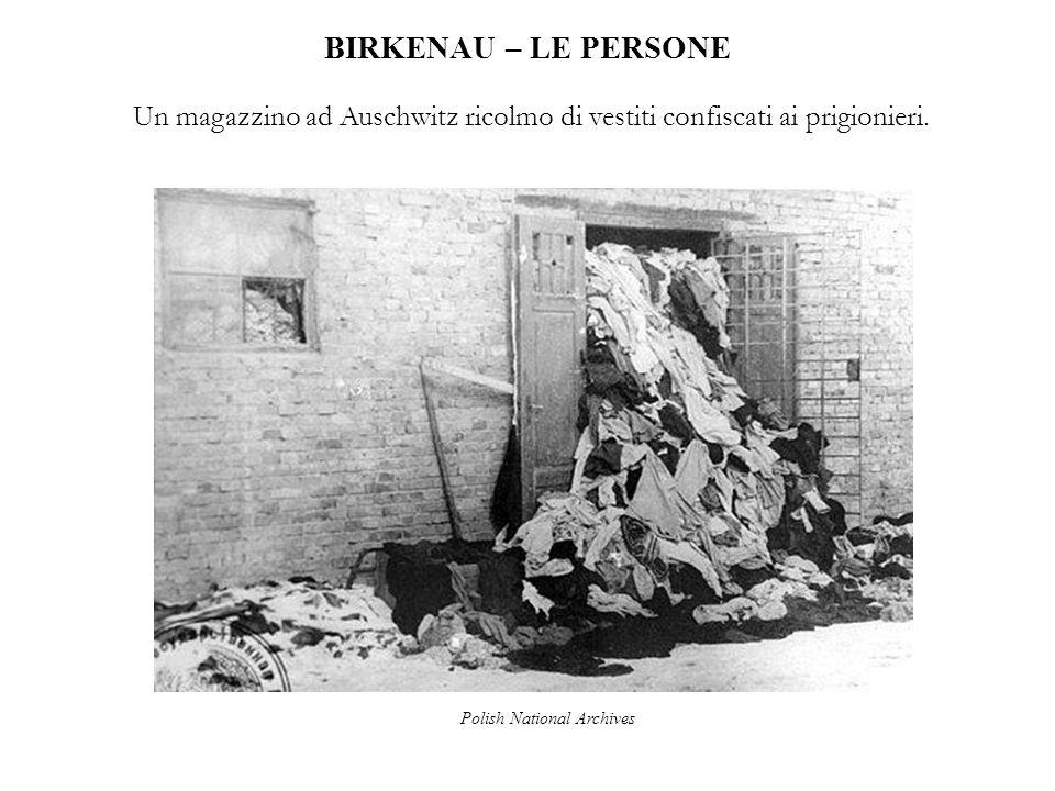 BIRKENAU – LE PERSONE Un magazzino ad Auschwitz ricolmo di vestiti confiscati ai prigionieri. Polish National Archives