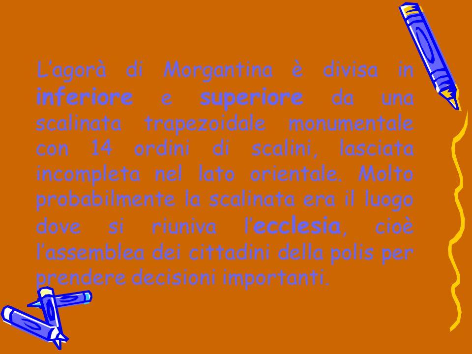 L'agorà di Morgantina è divisa in inferiore e superiore da una scalinata trapezoidale monumentale con 14 ordini di scalini, lasciata incompleta nel la
