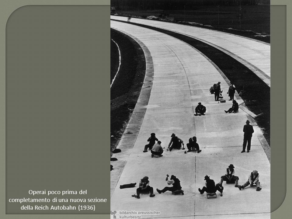Operai poco prima del completamento di una nuova sezione della Reich Autobahn (1936)