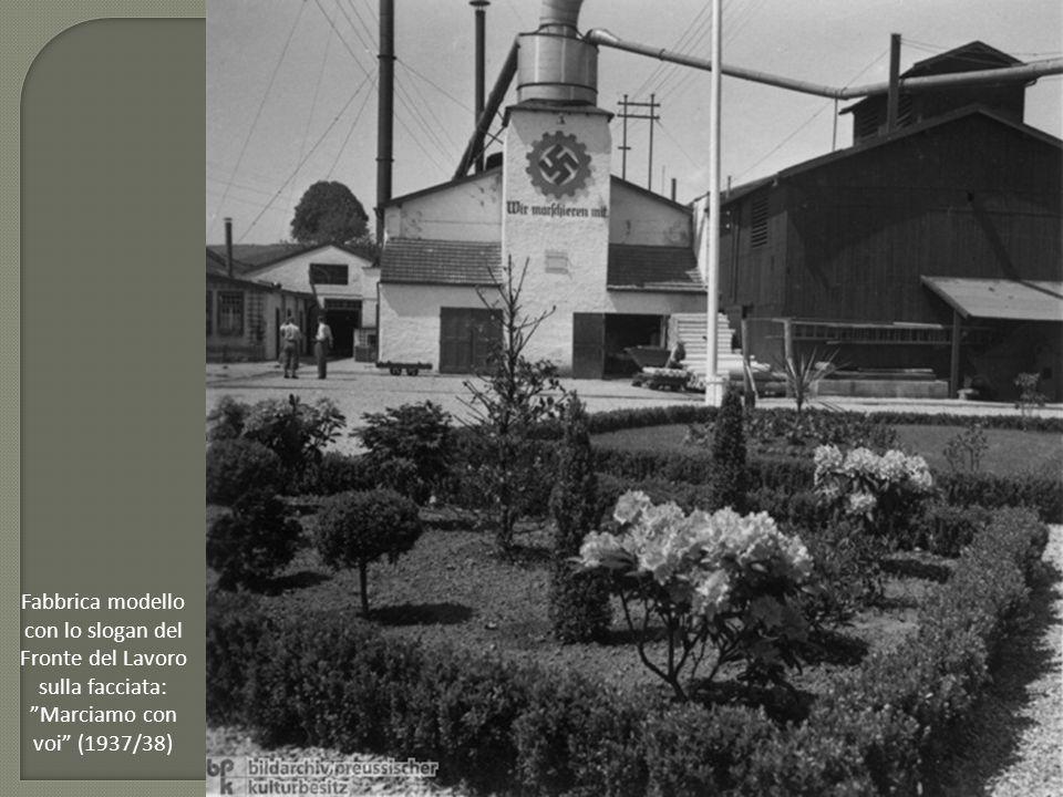 """Fabbrica modello con lo slogan del Fronte del Lavoro sulla facciata: """"Marciamo con voi"""" (1937/38)"""