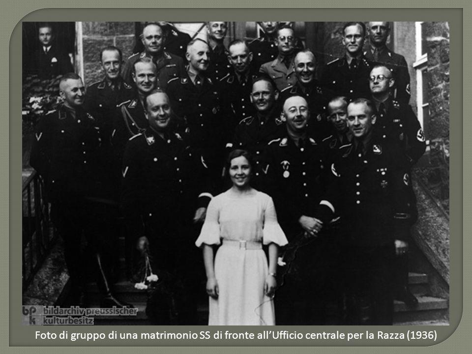 Foto di gruppo di una matrimonio SS di fronte all'Ufficio centrale per la Razza (1936)