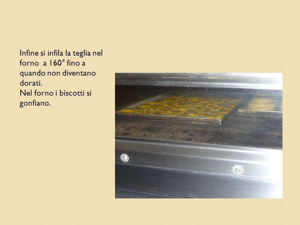 Infine si infila la teglia nel forno a 160° fino a quando non diventano dorati.