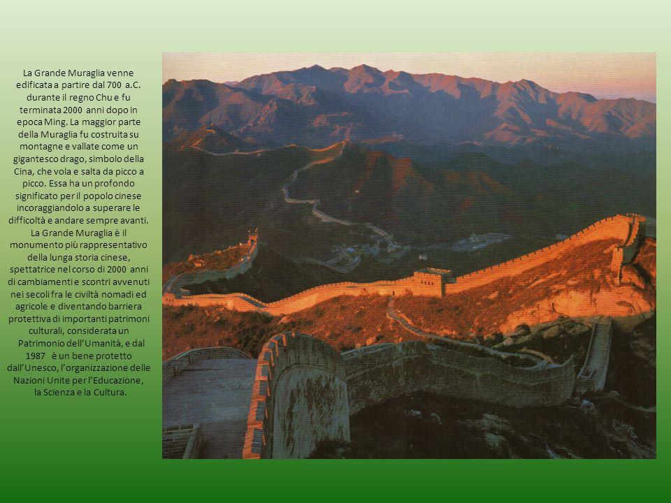 La Grande Muraglia venne edificata a partire dal 700 a.C. durante il regno Chu e fu terminata 2000 anni dopo in epoca Ming. La maggior parte della Mur