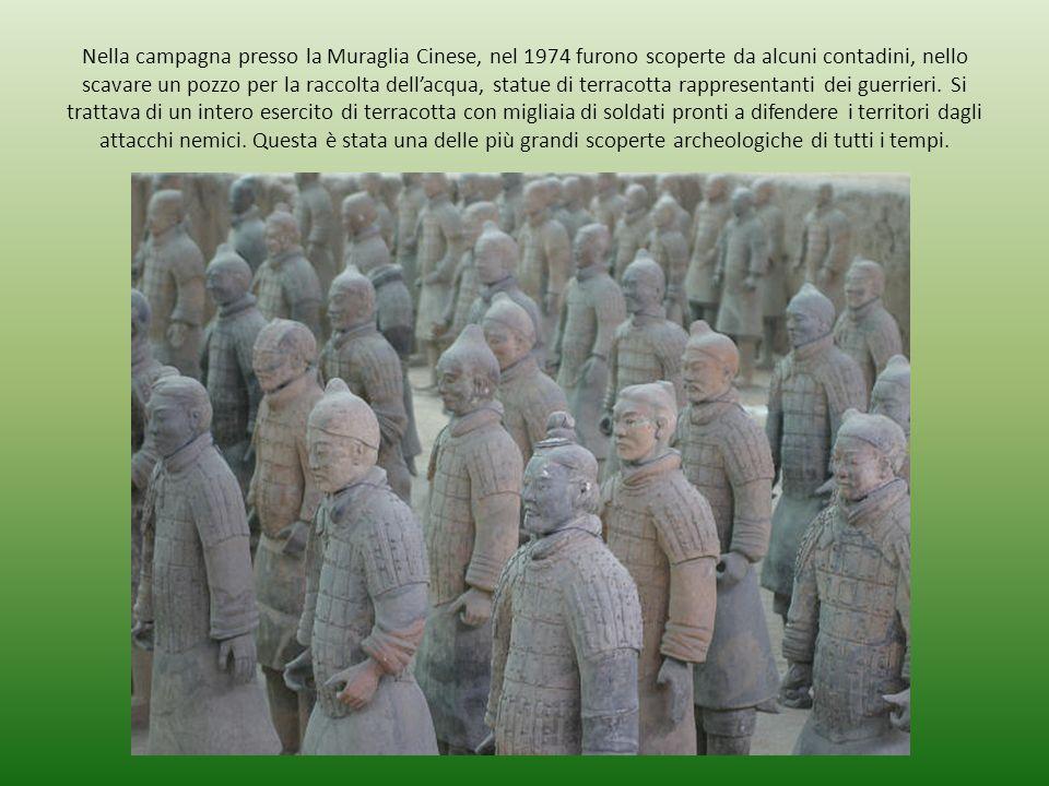 Nella campagna presso la Muraglia Cinese, nel 1974 furono scoperte da alcuni contadini, nello scavare un pozzo per la raccolta dell'acqua, statue di t