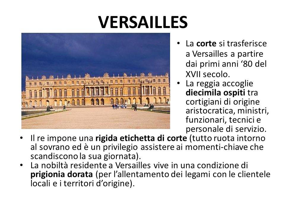 VERSAILLES La corte si trasferisce a Versailles a partire dai primi anni '80 del XVII secolo. La reggia accoglie diecimila ospiti tra cortigiani di or