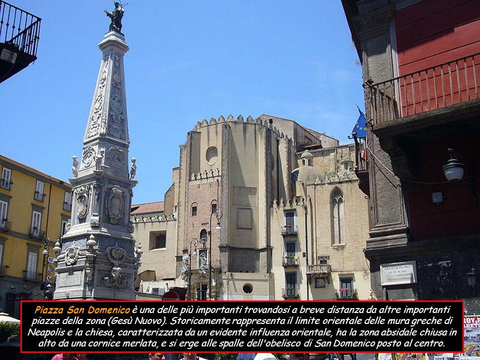 Piazzetta Nilo si trova tra piazza San Domenico Maggiore e largo corpo di Napoli, in una posizione tale da creare un unico slargo formato dalle tre piazze.